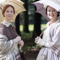 Cynthia Nixon como Emily Dickinson e Jennifer Ehle como Lavinia Dickinson em Além das Palavras (2016)