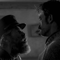 Williem-Dafoe-e-Robert-Pattinson-em-cena-do-filme-O-farol-do-director-Robert-Eggers